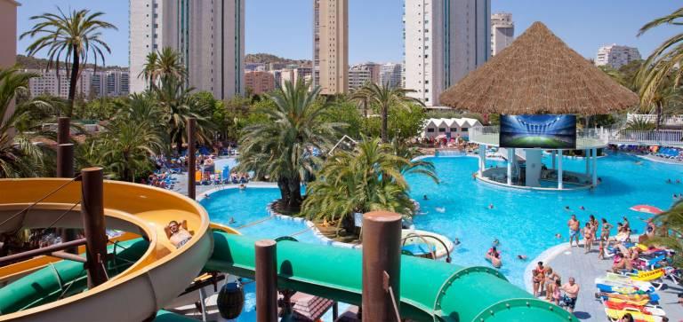 El hotel monika holidays de finestrat se transforma con un for Hoteles en benidorm con piscina climatizada