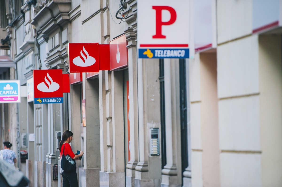 Santander y popular se solapan en el 98 de su red en la for Oficinas banco santander valencia