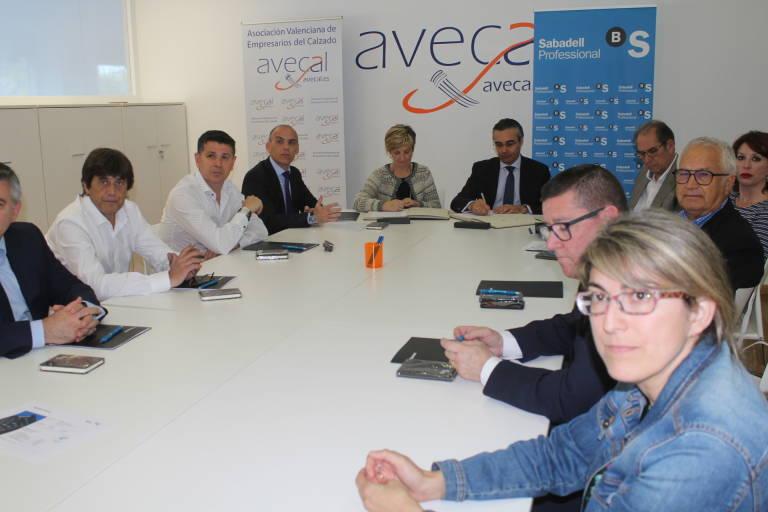 81b6efede8ff4 Avecal y Banco Sabadell firman un convenio para fomentar el desarrollo y  crecimiento de empresas del calzado