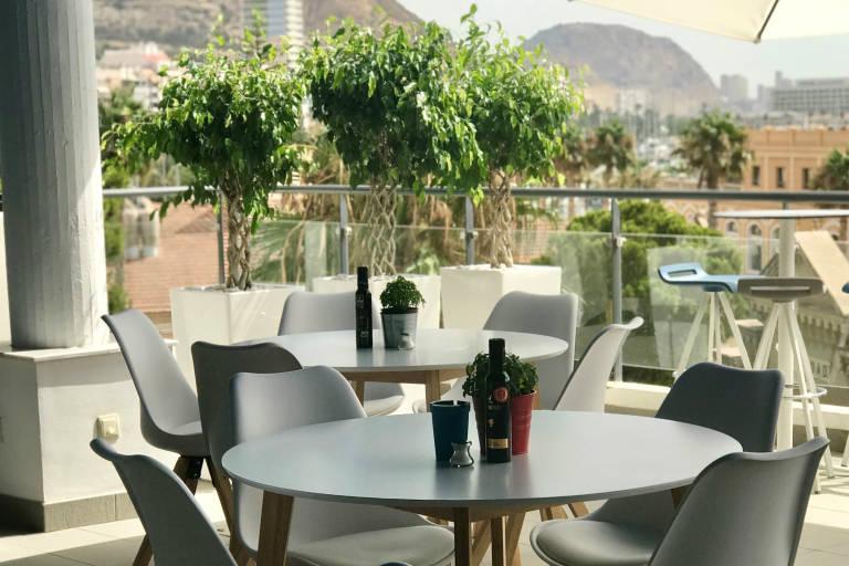 amura lounge la cocina de salva linares y vistas al castillo en una terraza junto al mar. Black Bedroom Furniture Sets. Home Design Ideas