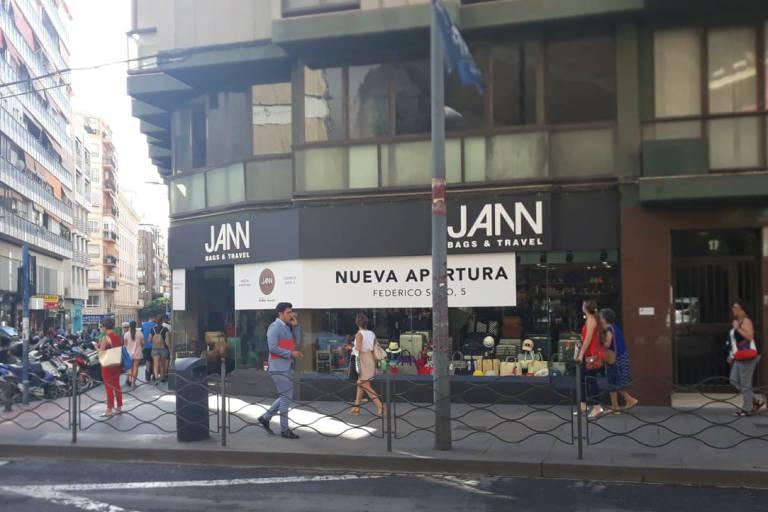 f7df852bf60f La tienda alicantina de maletas JANN ocupa el local vacío junto al ...