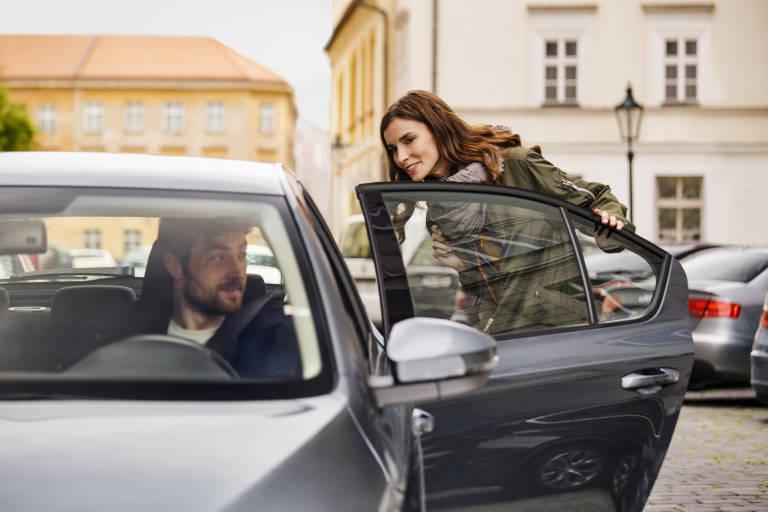 Una pasajera sube a un vehículo de Uber, en una imagen promocional de la empresa. Foto: UBER
