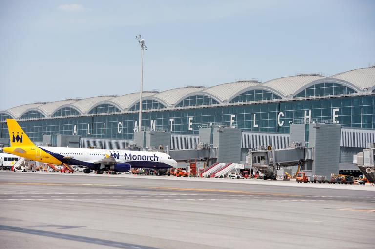 La Terraza Con Vistas A Los Aviones En El Altet Apta Para