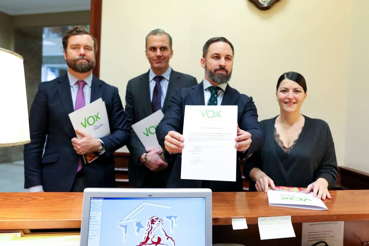 Santiago Abascal con otros diputados de Vox. Foto: JESÚS HELLÍN/EP