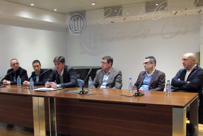 Joaquín Mas (tercero por la izquierda) se dirige a los socios, en una imagen de archivo. Foto: ENERCOOP