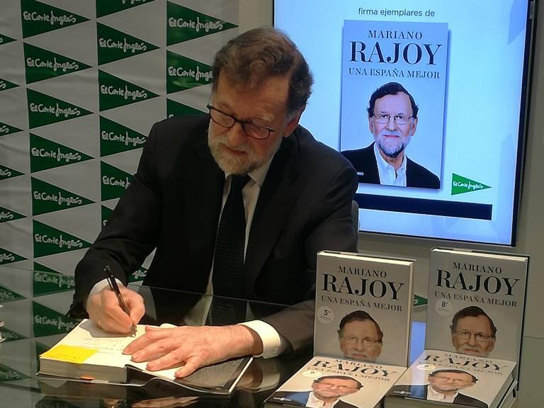 Mariano Rajoy, durante la firma de sus memorias en València.