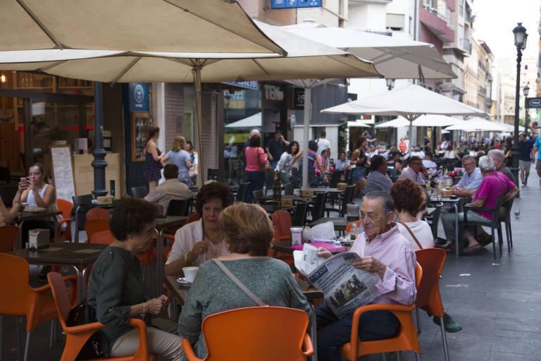 Los veladores de los locales instalados en el entorno de la calle Castaños de Alicante. Foto: PEPE OLIVARES