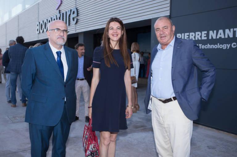 Pedro Pernías, la consellera Carolina Pascual y Antonio Rodes, en el centro de Accenture. Foto: PEPE OLIVARES