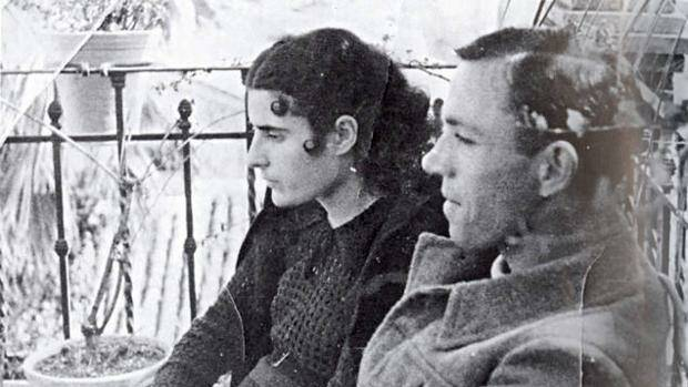 El poeta y su mujer poco después de su boda, celebrada el 9 de marzo de 1937.