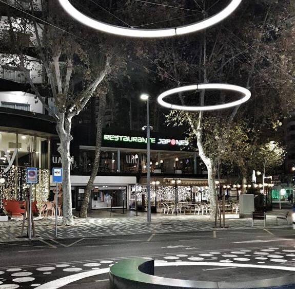 Benidorm continúa la remodelación de la Mediterráneo con la instalación de  las luminarias - Alicanteplaza